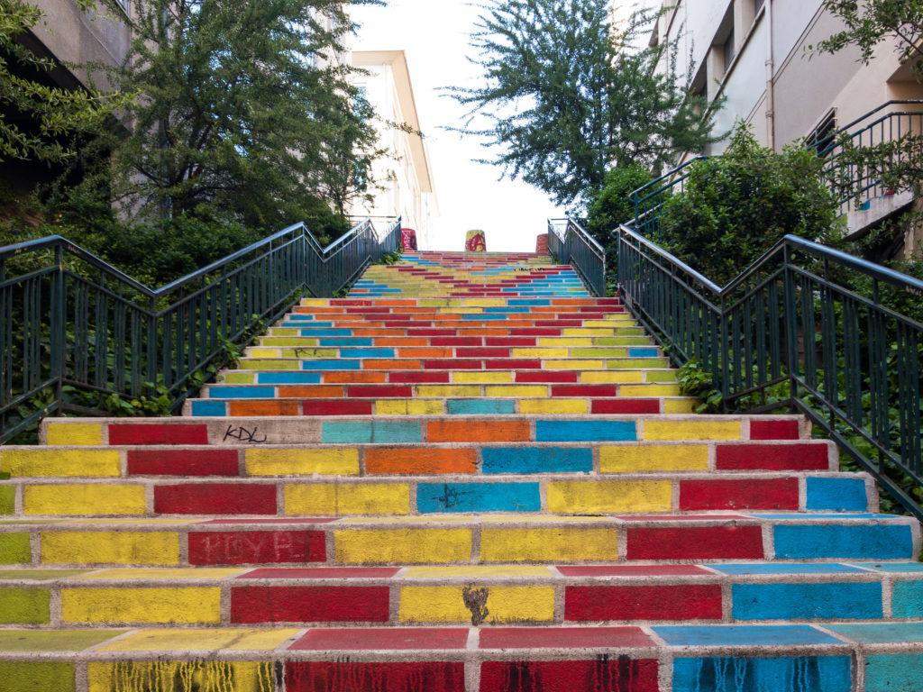 リヨンクロワルースのカラフルな階段