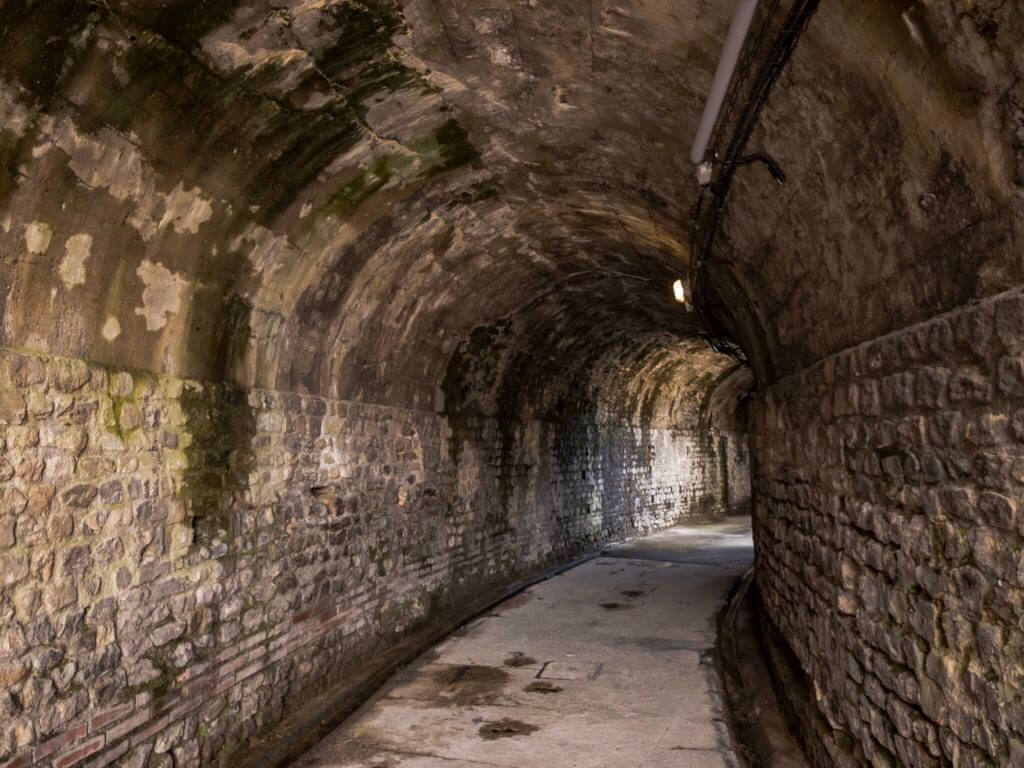 ヴィエンヌのローマ劇場跡のトンネル