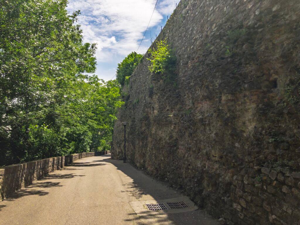 ヴィエンヌのローマ劇場跡の近くの坂道